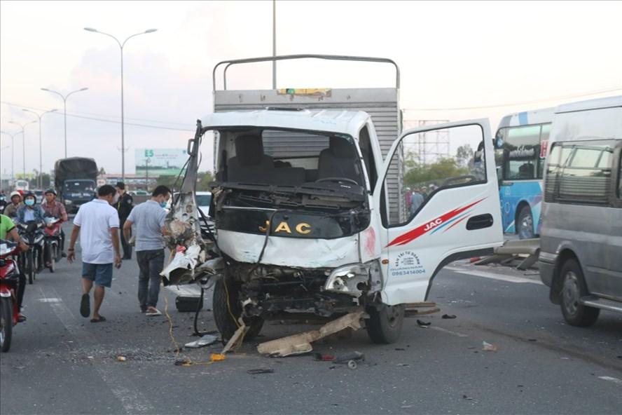 Chiếc xe tải 92C-104.14 bị hư hỏng nặng. Ảnh: Đ.V