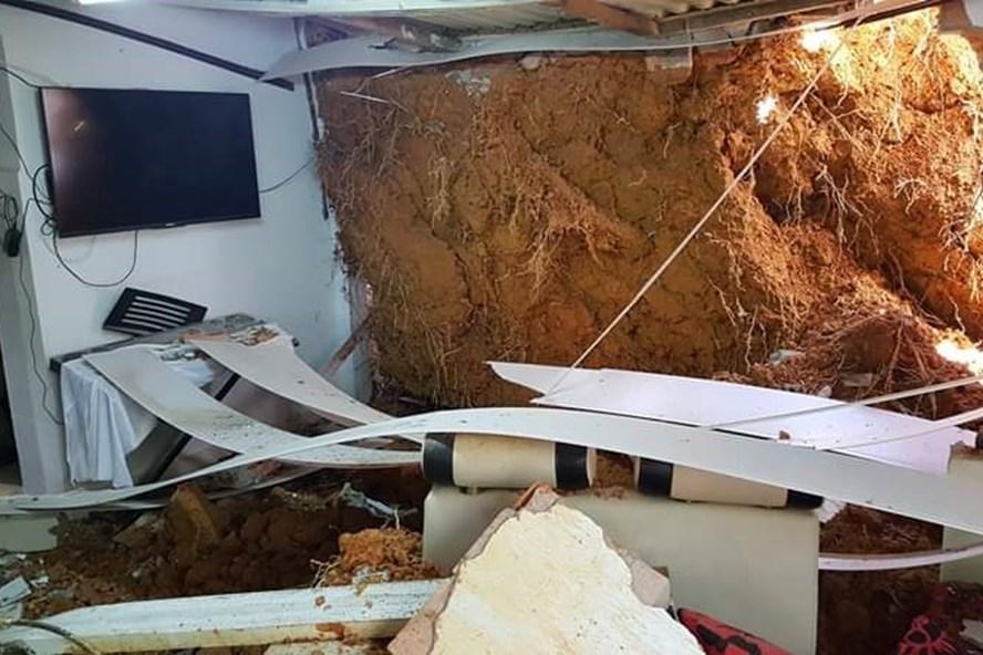 Một phần ngôi nhà bị sập.
