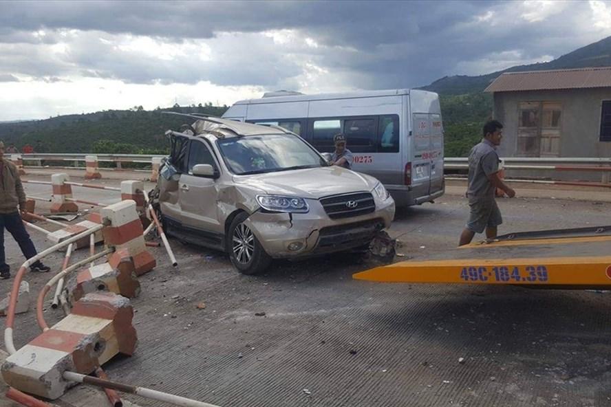 Xe ô tô 7 chỗ bị hư hỏng sau khi bị xe khách tông ở trạm thu phí.