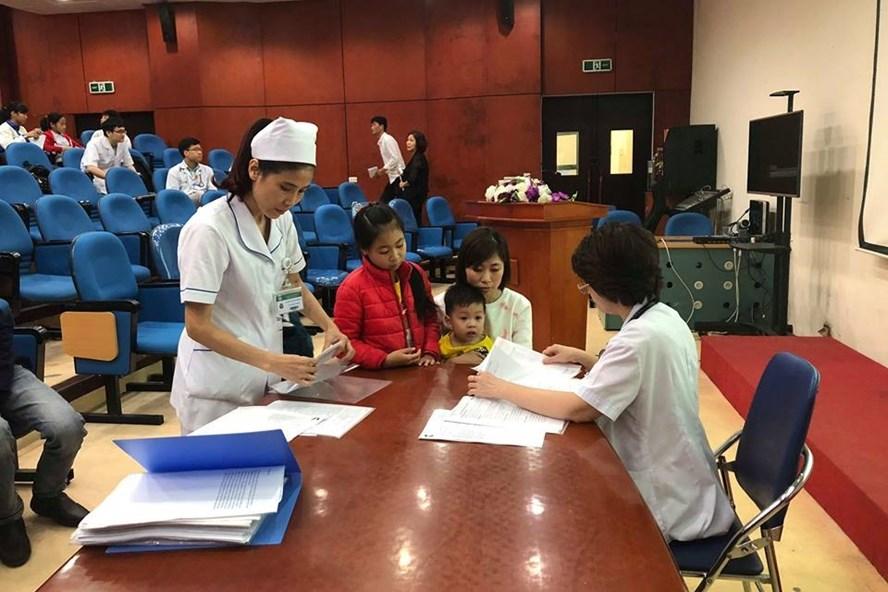Những đứa trẻ tuy còn nhỏ đã được chẩn đoán rối loạn mỡ máu đang được bác sĩ kiểm tra sức khoẻ