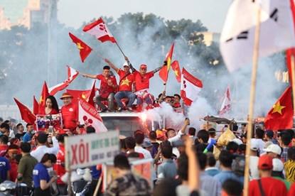 Chùm ảnh: CĐV đốt pháo sáng, diễu hành trước trận Việt Nam - Malaysia