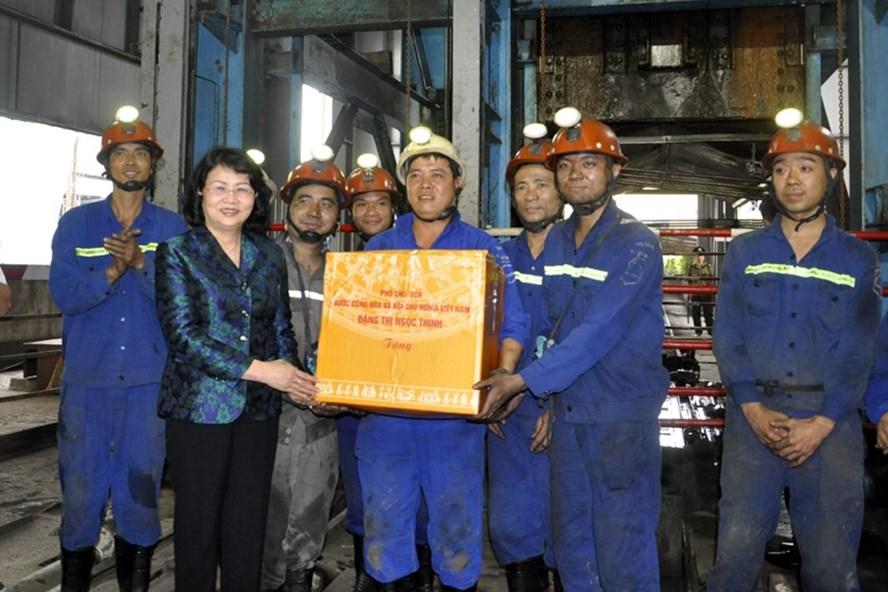 Phó Chủ tịch Nước Đặng Thị Ngọc Thịnh tặng quà khích lệ công nhân mỏ than Hà Lầm. Ảnh: BQN