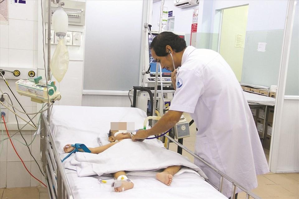 Bác sĩ tham khám cho một bệnh nhi bệnh tay chân miệng.
