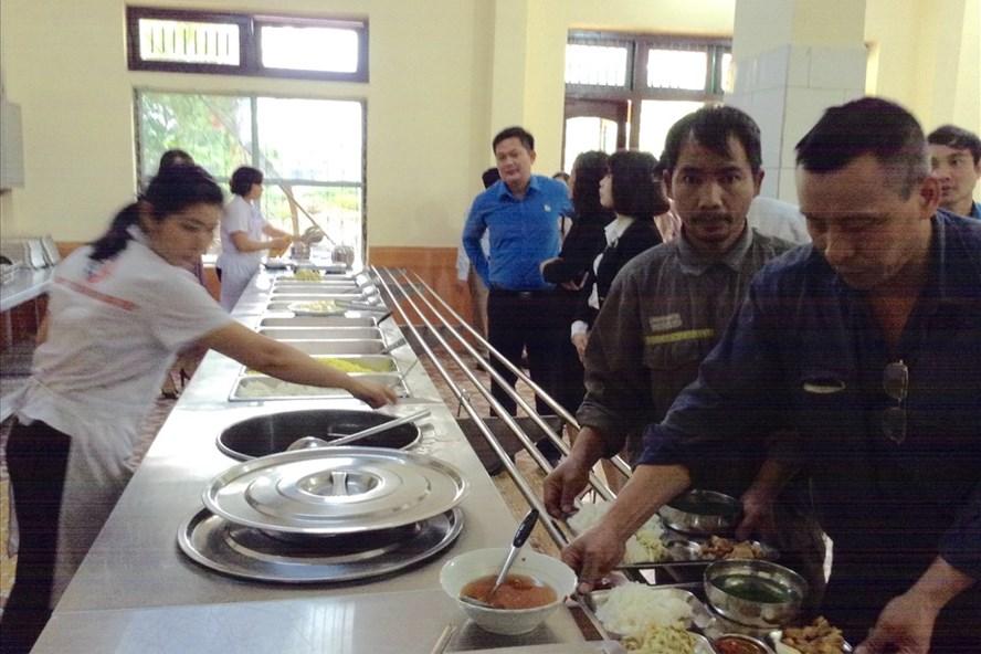 Người lao động đang chọn những món ăn phù hợp cho mình tại nhà ăn. Ảnh: X.K