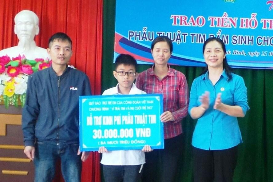 Đồng chí Lê Thị Mai Thủy, Phó Chủ tịch LĐLĐ tỉnh Ninh Bình trao tiền hỗ trợ cho gia đình chị Lê Thị Bích Liên. Ảnh: NT