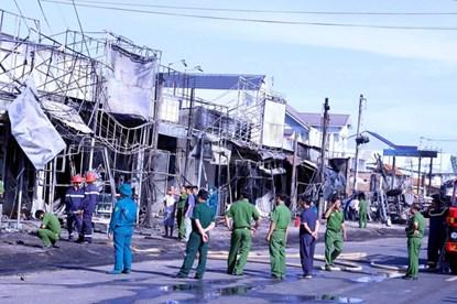 Kinh hoàng khoảnh khắc xe bồn lao vào nhà dân bùng cháy, 7 người thiệt mạng