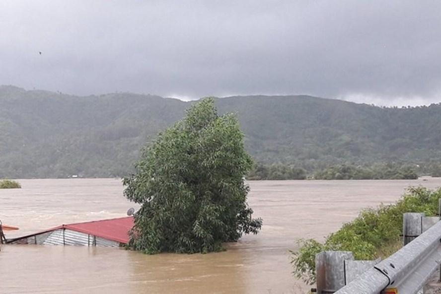 Lũ lụt kinh hoàng, nhiều ngôi nhà chìm trong biển nước ở thị trấn La Hai, huyện Đồng Xuân, tỉnh Phú Yên trong năm 2016. Ảnh: PV