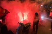 Việt Nam thẳng tiến vào bán kết AFF Cup, cổ động viên vỡ òa xuống đường ăn mừng