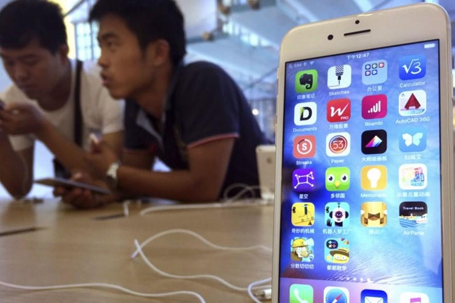Kết quả nghiên cứu ở thị trường cho thấy iPhone là điện thoại cho người nghèo. Ảnh: AP