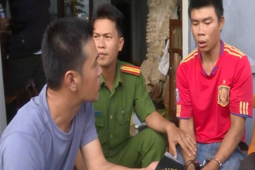 Đối tượng Thắng (áo đỏ, bên phải) bị cơ quan công an bắt giữ.