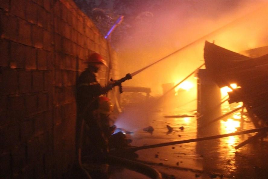 Sau 6 giờ dập lửa đám cháy mới được khống chế.