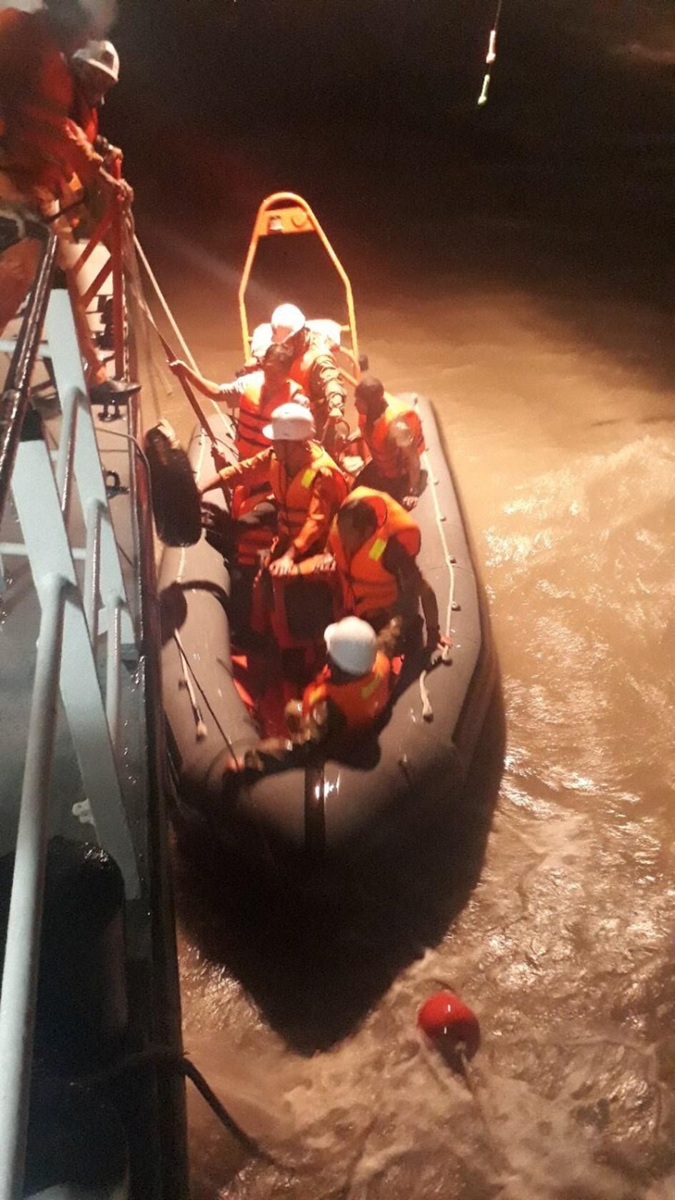 Lực lượng cứu nạn của Trung tâm Phối hợp tìm kiếm cứu nạn hàng hải Việt Nam cứu thành công 05 ngư dân ngay trong bão số 9