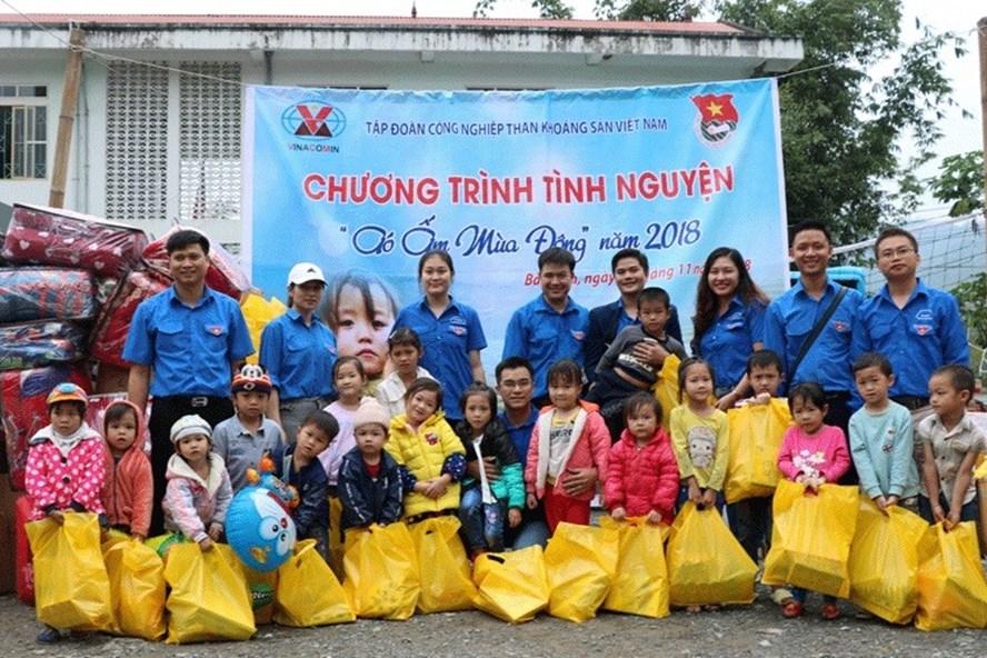 Trao tặng quà cho trẻ em và người dân tại hai xã Yên Thổ và Mông Ân của huyện Bảo Lâm, tỉnh Cao Bằng. Ảnh: PV