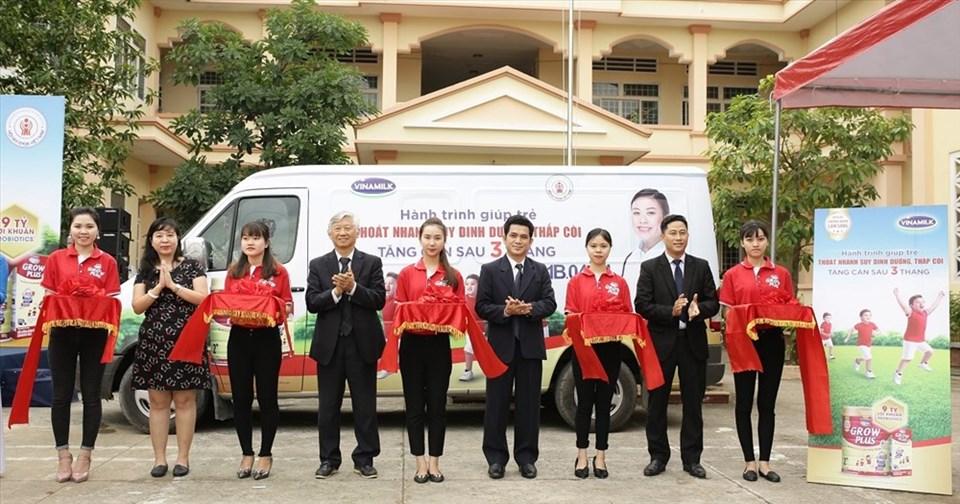 Các đại biểu cắt băng khánh thành, chính thức khởi động hành trình trên toàn quốc.