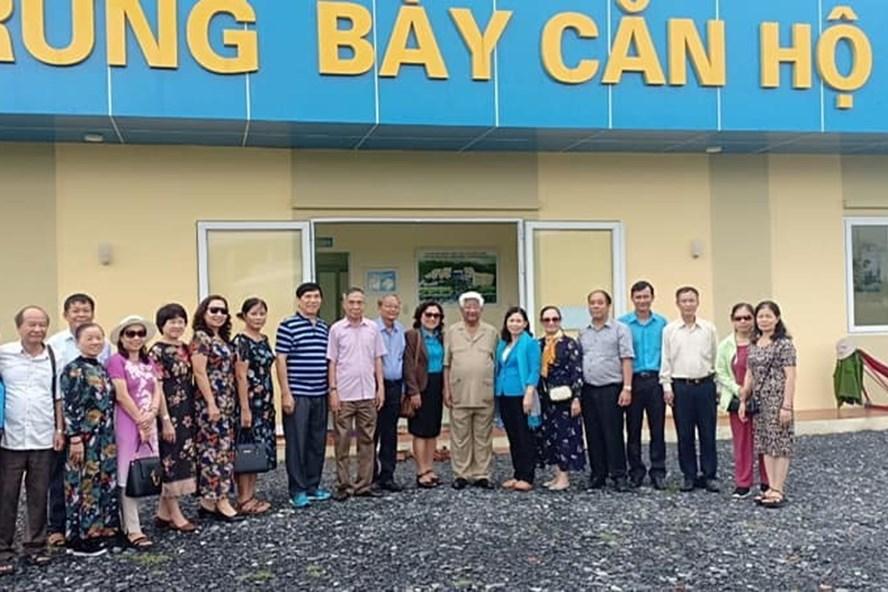Đồng chí Phạm Thế Duyệt cùng các đồng chí trong đoàn chụp ảnh lưu niệm tại Khu trưng bày căn hộ mẫu tại Thiết chế Công đoàn Tiền Giang (Văn phòng Liên đoàn Lao động tỉnh Tiền Giang).