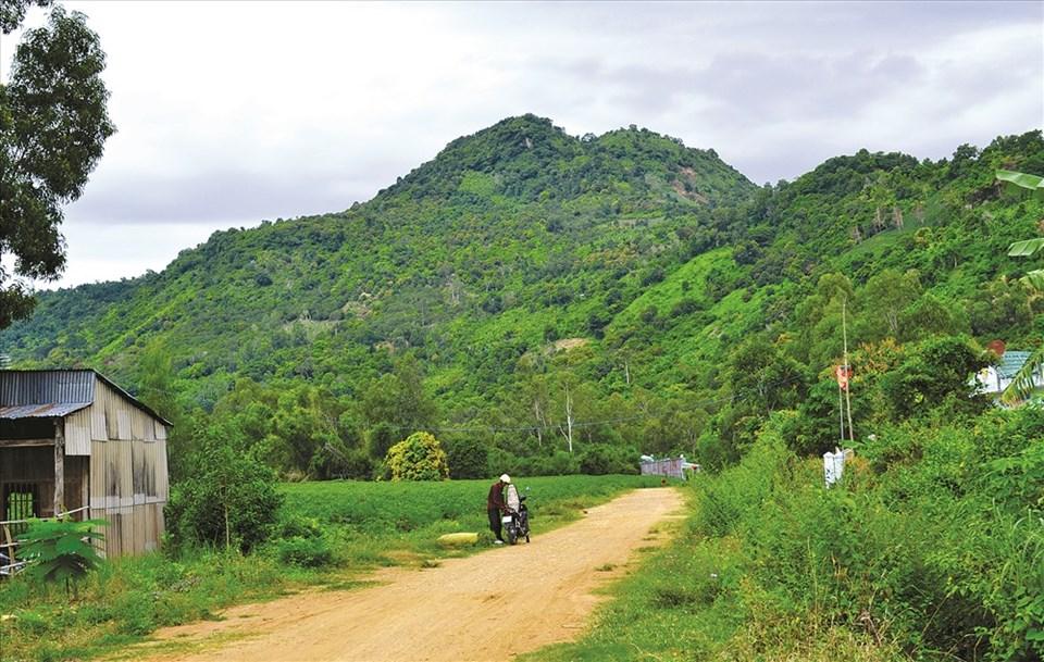Một góc thung lũng Tà Lọt nhìn về hướng núi Cấm. Ảnh: Lâm Điền