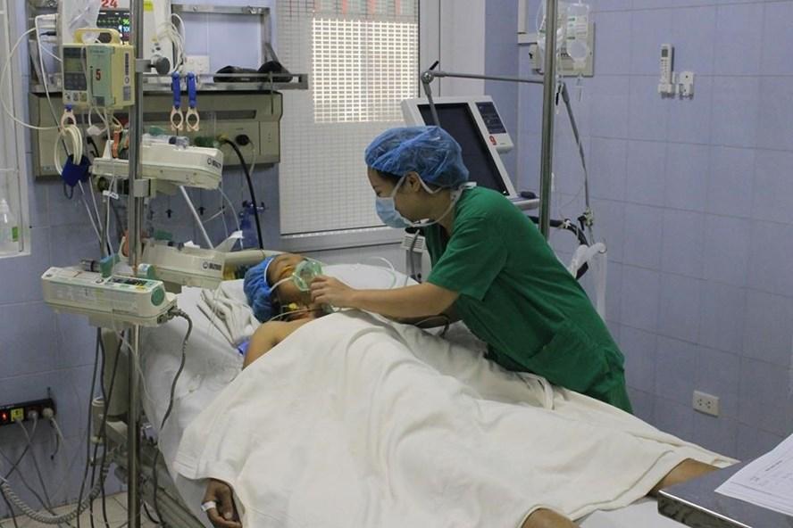 Y tá Trung tâm tim mạch, Bệnh viện E đang chăm sóc bệnh nhân hậu phẫu (Ảnh: Fanpage Bệnh viện E)