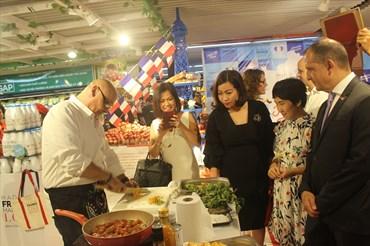 Khách tham quan hào hứng xem đầu bếp nổi tiếng biểu diễn chế biến món ăn Pháp.