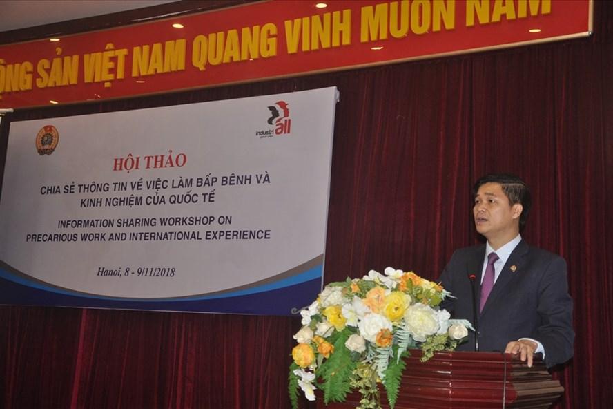Phó Chủ tịch Tổng LĐLĐVN Ngọ Duy Hiểu phát biểu khai mạc hội thảo.