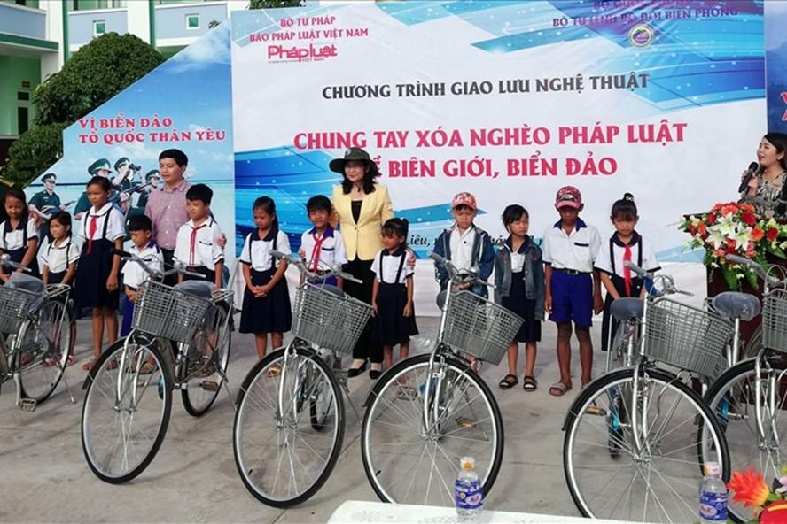 100 xe đạp được trao cho HS nghèo ven biển nhân ngày Pháp luật (ảnh Nhật Hồ)