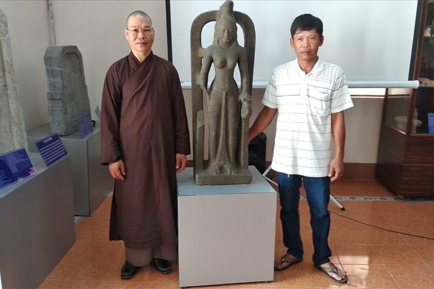 Hai cá nhân được khen thưởng bên tượng nữ thần quý hiếm trị giá 7,5 tỷ đồng. Ảnh: BT