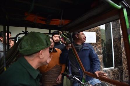 VFF thông báo ngừng bán vé thương binh, CĐV vẫn vây trụ sở không về