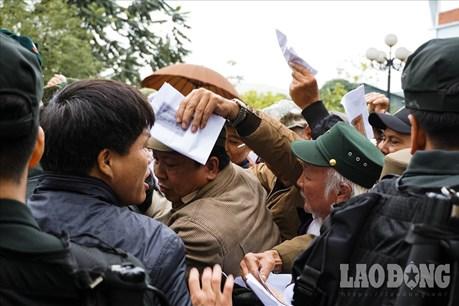 Hàng trăm người hợp sức tung cửa đòi mua vé, trụ sở VFF hỗn loạn