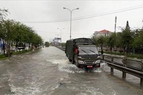 Quốc lộ ngập lụt, ôtô phải di chuyển lên cao tốc Đà Nẵng – Quảng Ngãi
