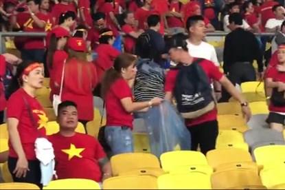 Cổ động viên nán lại sân dọn rác sau trận Việt Nam với Malaysia