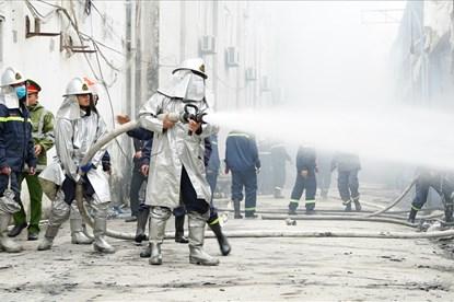 Cháy khủng khiếp gần trụ sở VFF, loạt xế hộp bị thiêu trơ khung