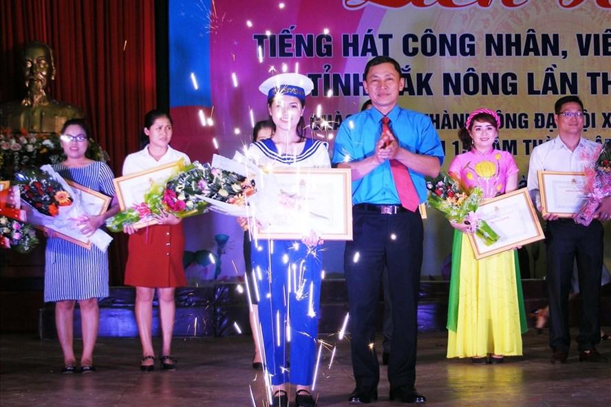 Ban tổ chức trao thưởng cho các đơn vị đoạt giải.