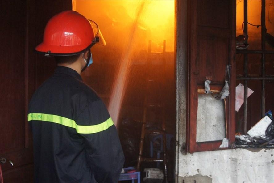 Cảnh sát phòng chống cháy nỗ lực dập đám cháy.
