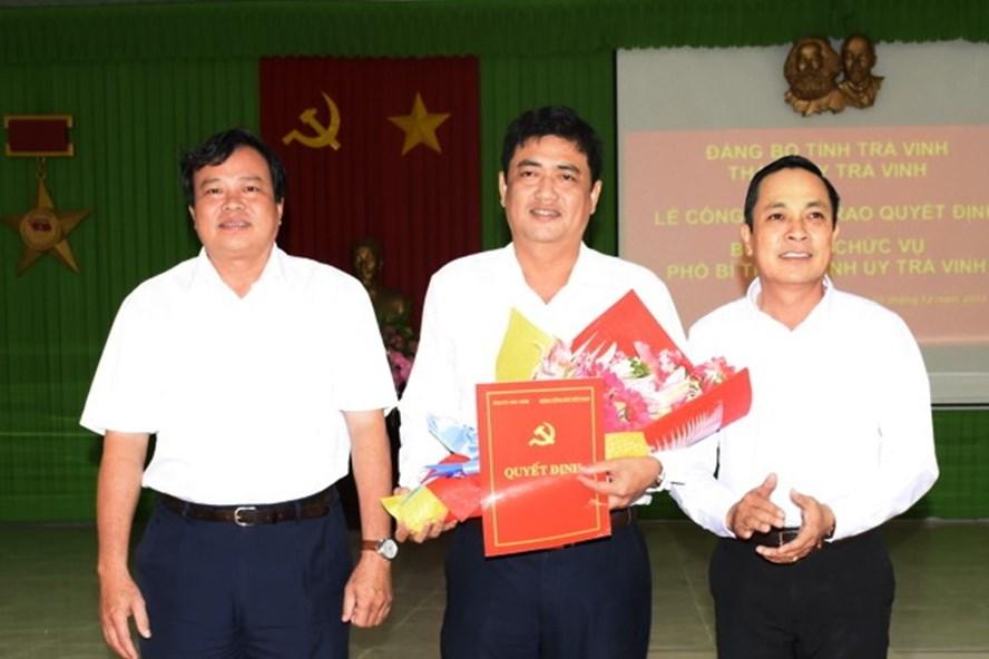 Ông Dương Hiền Hải Đăng (giữa) được bầu giữ chức Chủ tịch UBND TP.Trà Vinh