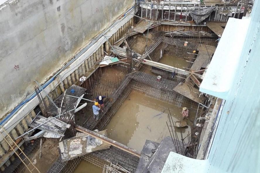 Hiện trường công trình nhà ở số 214A+214B làm sụp lún, nghiêng nứt các công trình kề cận. Ảnh: PV