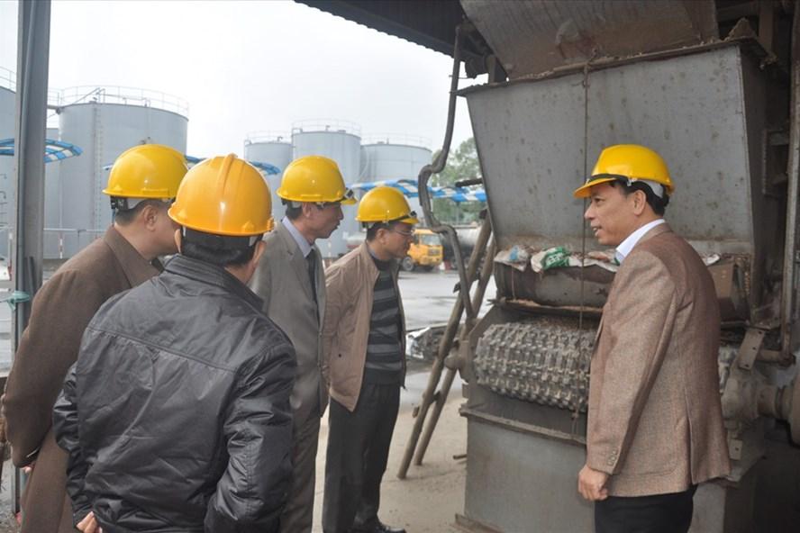Đoàn giám sát kiểm tra thực tế tại Cty Cổ phần Hóa chất Việt Trì (tỉnh Phú Thọ). Ảnh: QUẾ CHI