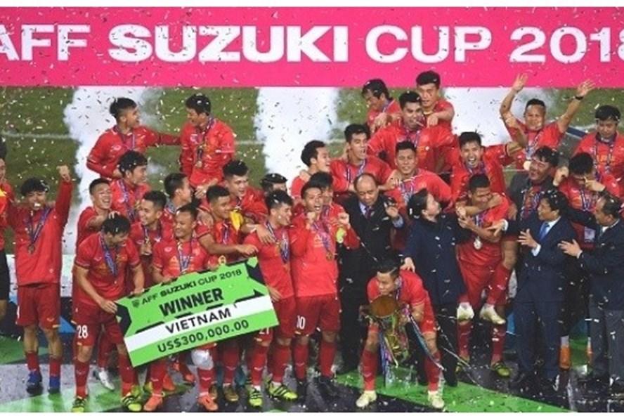 Truyền thông Thái Lan đăng tải hình ảnh tuyển Việt Nam vỡ òa khi giành được chiếc cup danh giá.