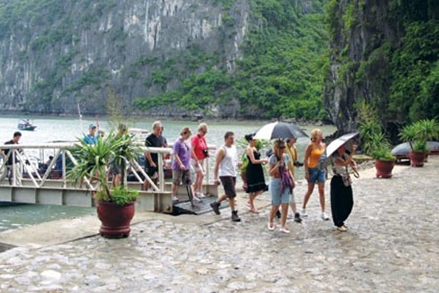 Khách du lịch đến tham quan Vịnh Hạ Long. Ảnh: Tổng cục du lịch Việt Nam