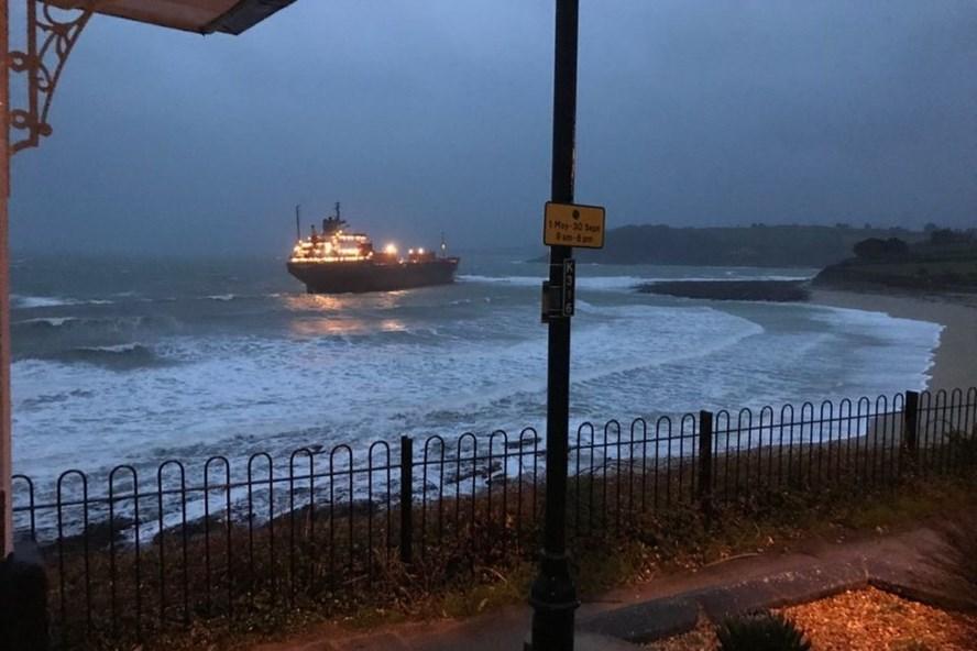 Tàu chở hàng của Nga mắc cạn ở Anh sáng 18.12. Ảnh: Sky News.