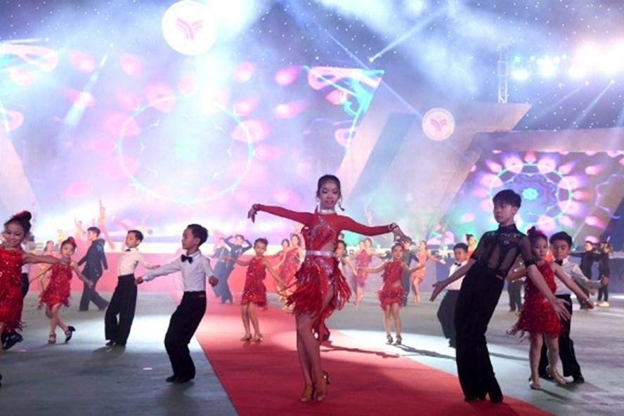 Các vũ công nhí tại Đại hội Thể thao toàn quốc lần thứ 8.