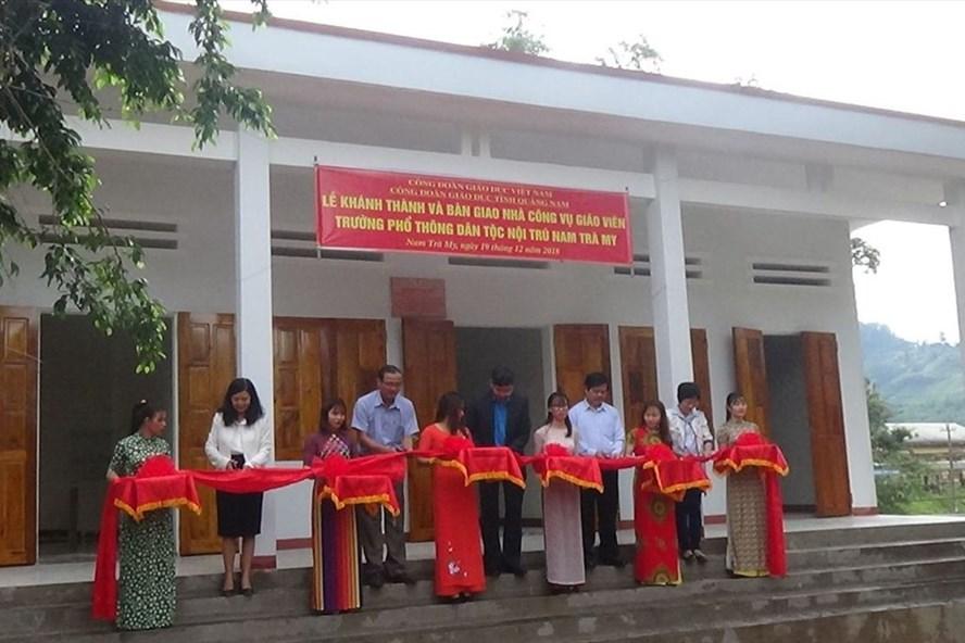 Cắt băng khánh thành nhà công vụ Trường Phổ thông Dân tộc Nội trú Nam Trà My. Ảnh: Nguồn CĐ Giáo dục Quảng Nam