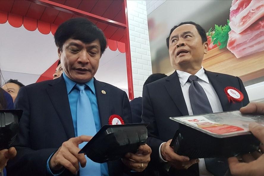 Chủ tịch Tổng LĐLĐ Việt Nam Bùi Văn Cường đánh giá cao tổ hợp giêt mổ gia súc hiện đại, đáp ứng được nhu cầu của người tiêu dùng, trong đó có công nhân lao động. Ảnh: Kh.V