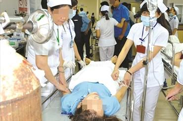Công nhân nghi bị ngộ độc khí. Ảnh: Hà Anh Chiến