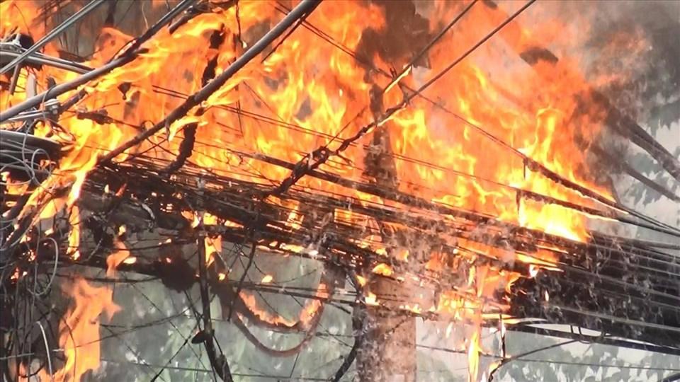 Khu vực dây cáp quang cháy làm dây điện phía trên bị đứt.