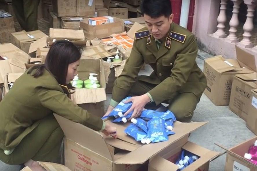 Lực lượng chức năng thu giữ số mỹ phẩm không rõ nguồn gốc - Ảnh: QLTT cung cấp