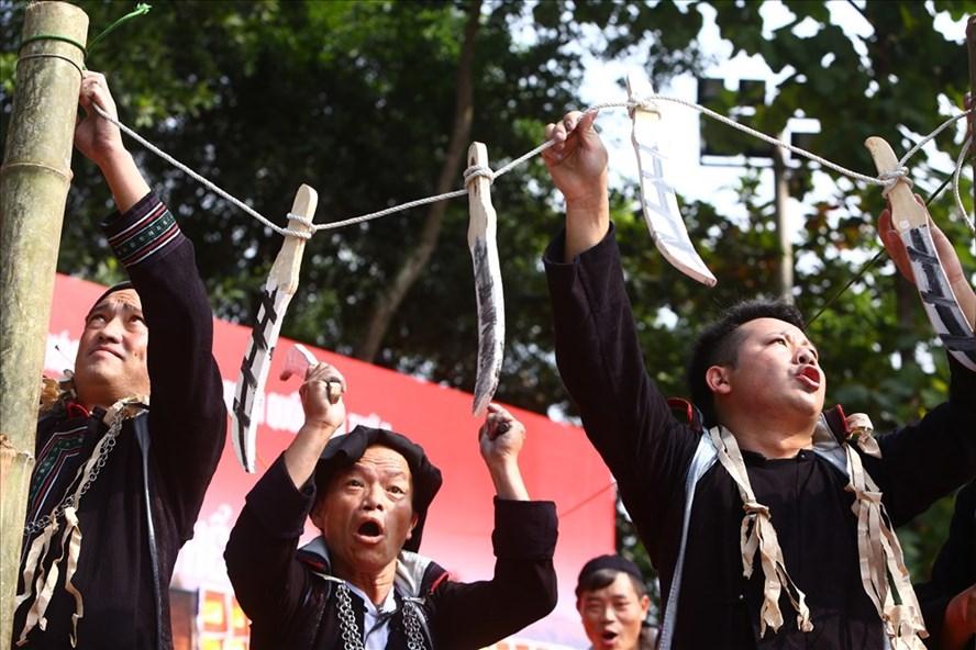 Xung quan ban thờ hồn ngựa, người H'Mông treo những thanh gươm bằng gỗ. Người tham gia phục vụ lễ cúng đi quanh những thanh gươm gỗ hò hét để hồn ngựa không đi theo người về nhà và quấy phá cuộc sống của họ.