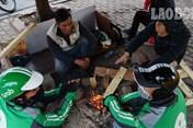 Người Hà Nội co ro đốt lửa sưởi ấm trên hè phố trong giá rét kỉ lục
