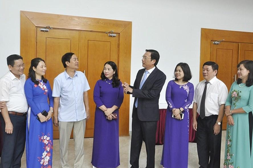 Bí thư tỉnh ủy Nguyễn Văn Đọc trò chuyện với các nhà giáo. Ảnh: CTV