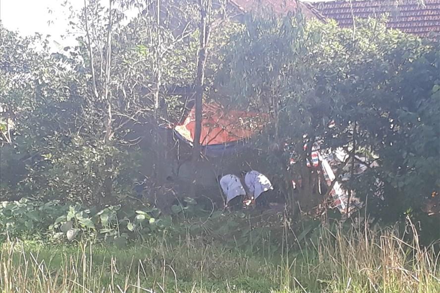 Lực lượng chức năng tiến hành khám nghiệm tử thi đối với Trần Huy Bình