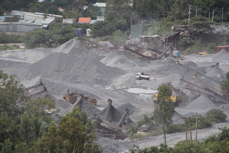Hoạt động khai thác và chế biến khoáng sản tại Dĩ An, Bình Dương.