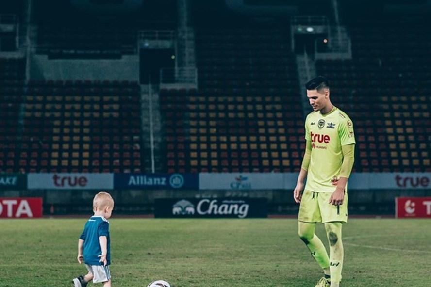 Micheal Falkesgaard và con trai.
